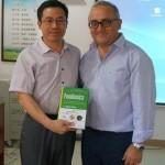 """Regalo libro """"Foodomics"""" Prof. Cifuentes a Prof. Jinfeng Bi"""
