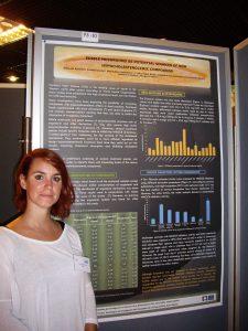 Alicia Gil con su póster