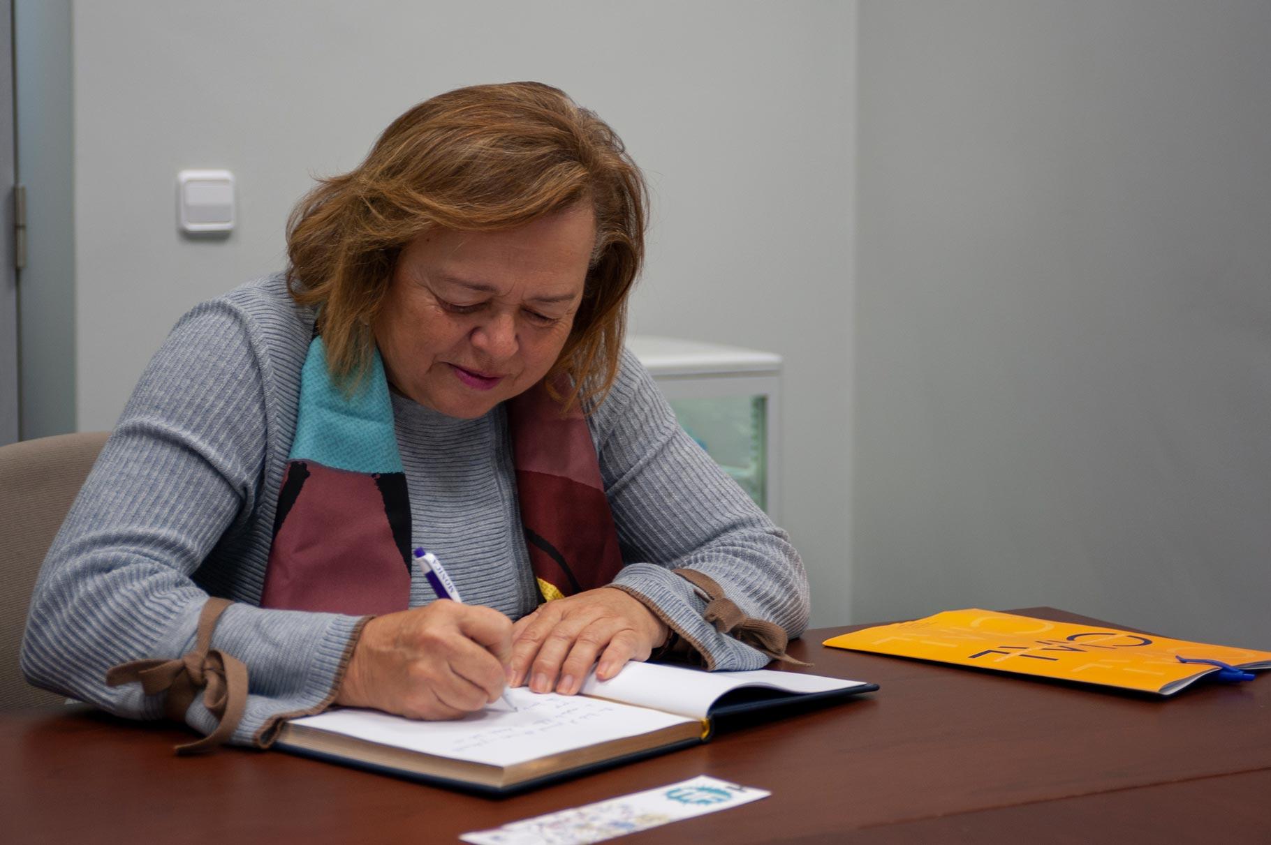 Firmando en el Libro de Honor del CIAL